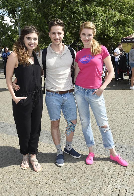 Milan s herečkami Denisou Pfauserovou a Henrietou Hornáčkovou, které přišly také akci podpořit.