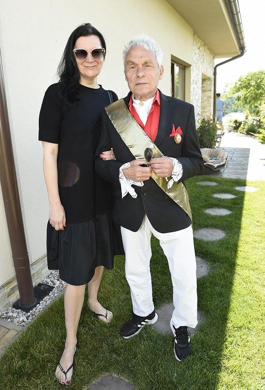 Fotograf se střídal na place s návrhářkou Taťánou Kovaříkovou, která byla také jednou osobností v kalendáři.