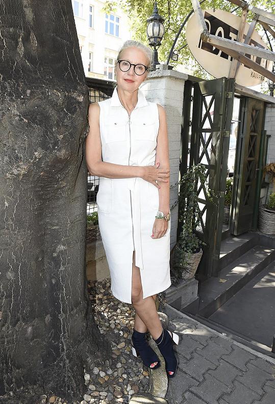 Na setkání s médii dorazila v bílých šatech se zipem, který končil dost vysoko.
