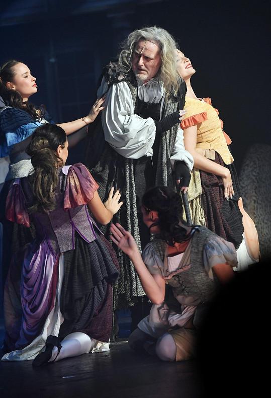 Pepa Vojtek v dvojroli Mefista/Fausta, za níž si v loňském roce odnesl cenu Thálie.