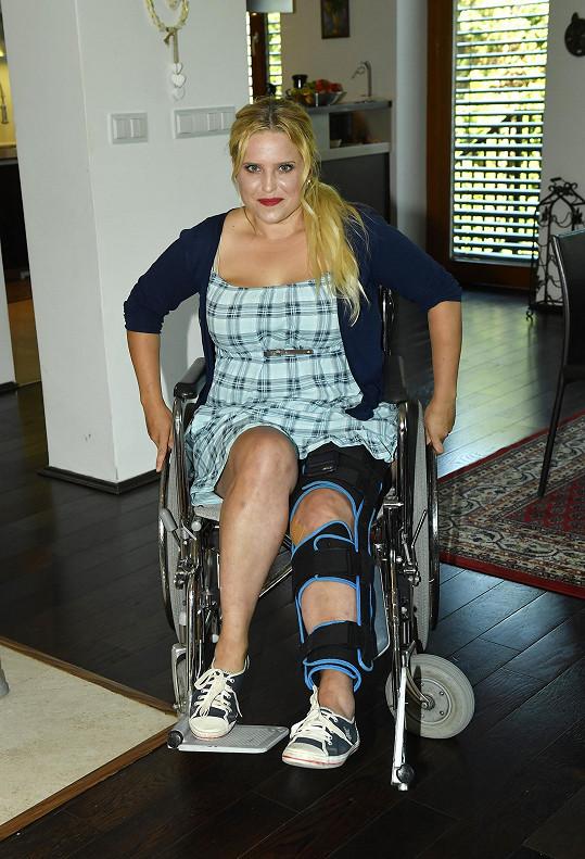 Alena se zraněnou nohou občas používá i invalidní vozík, na tom by se ale dolů nedostala.