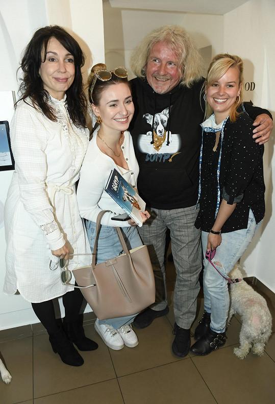 S kolegyněmi Nelou Boudovou a Patricií Pagáčovou a režisérem F. A. Brabcem