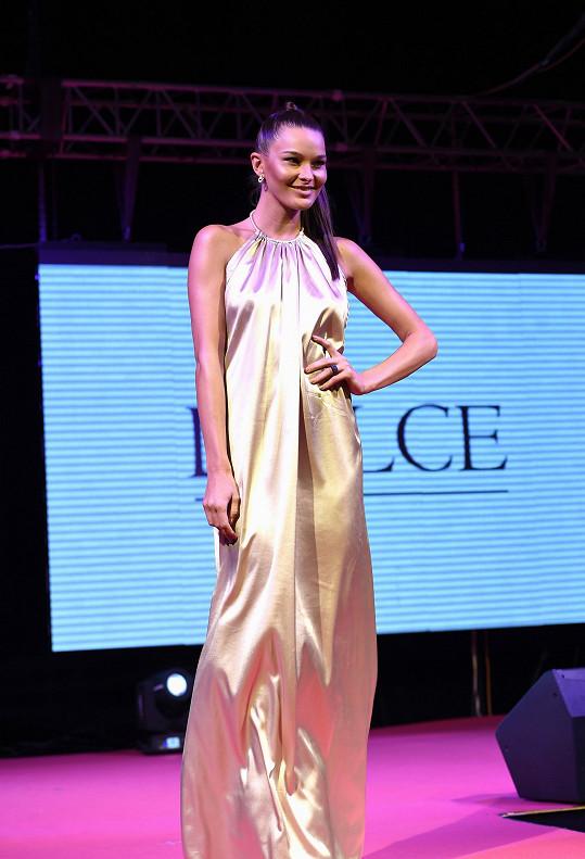 Nikol Švantnerová nosí tyto zlatavé šaty bez podprsenky.