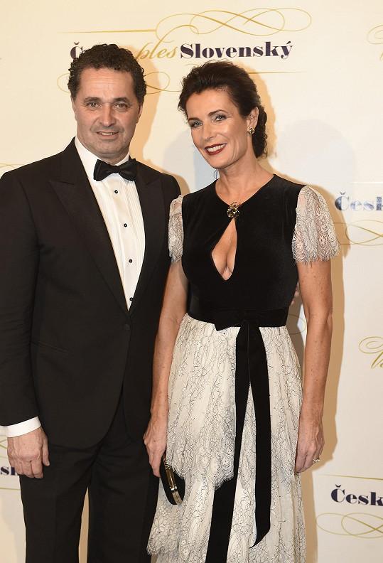 Syna Matěje má herec s krásnou manželkou Danielou.