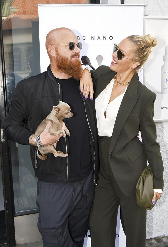 Jinak si vystačí s manželem Karlem, jejich psem...