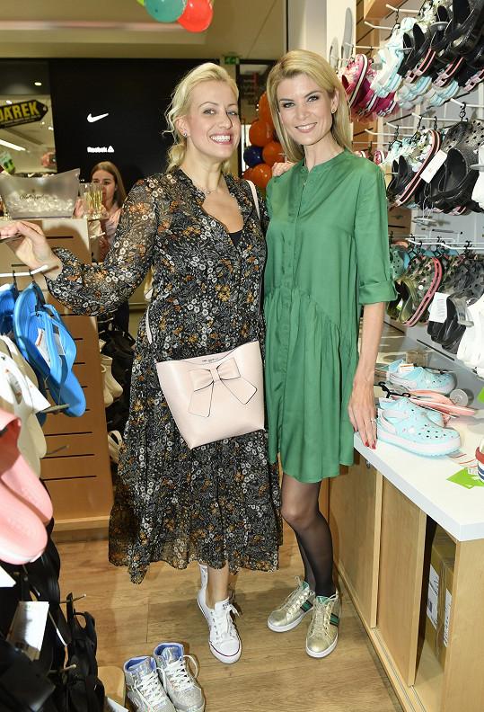 Tereza na otevření prodejny s moderátorkou Ivetou Vítovou