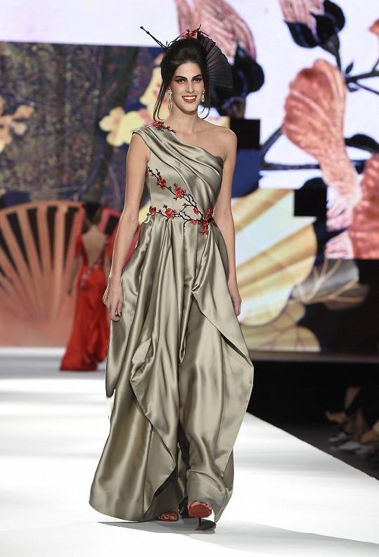 Na módní show, kterou zhlédlo z první řady osm velvyslanců asijských zemí, předváděly známé modelky Andrea Bezděková, Kateřina Votavová či Aneta Vignerová (na fotce).