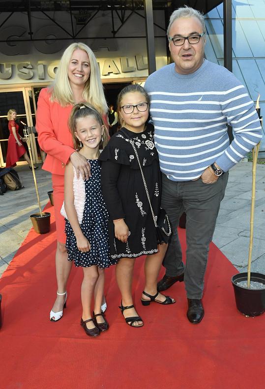 Každý má z předchozího vztahu dceru. Jedenáctiletá Claudie (vpravo) jde v tatínkových hereckých šlépějích.