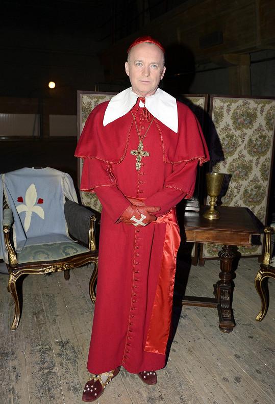 Karel si oblékl kostým kardinála.