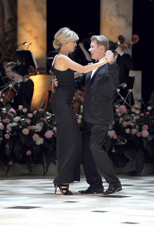 První tanec patřil Tereze Maxové a hlavnímu hostovi plesu.