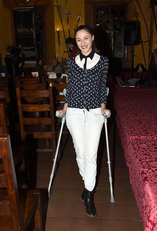 Eva Burešová musí kvůli kotníku nosit berle.