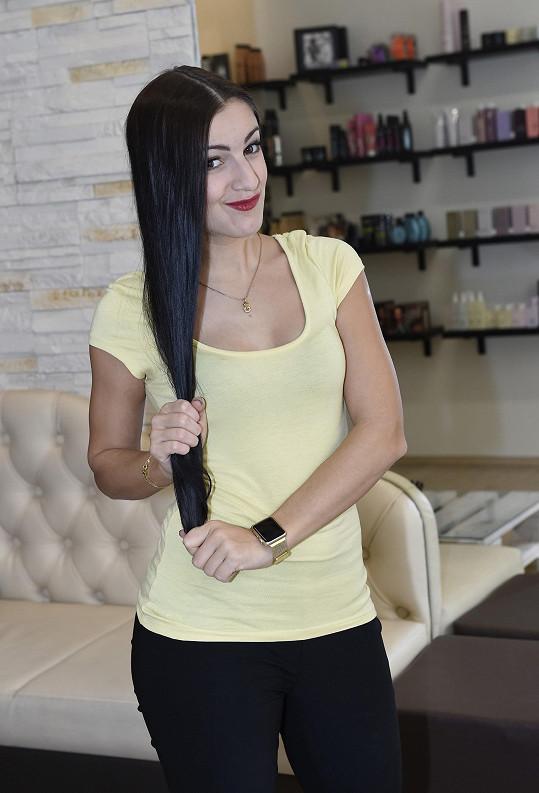 Genny si roky pěstovala dlouhé vlasy.