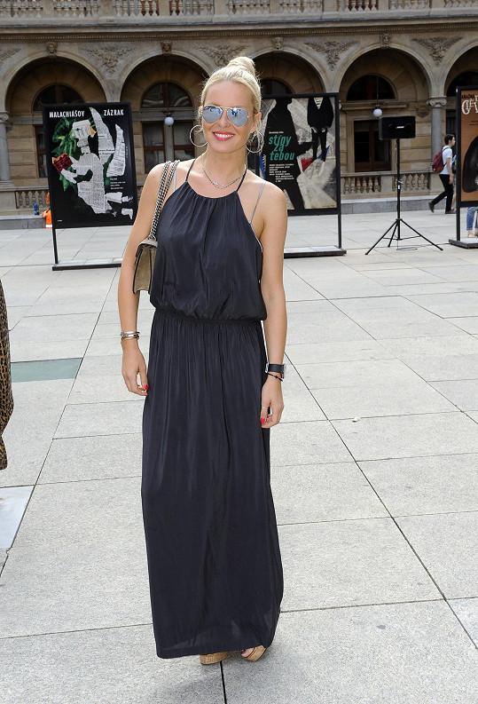 Modelka se zúčastnila zahájení výstavy plakátů Miloše Reindla snázvem Do Not Pass By.