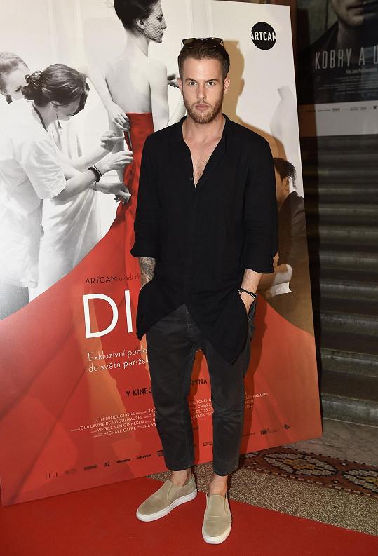 Košili z vlastní kolekce doplnil návrhář Lukáš Macháček plátěnými kalhotami ve zkrácené délce COS. Černý celek sladil se stejně zbarvenými slunečními brýlemi Dior.