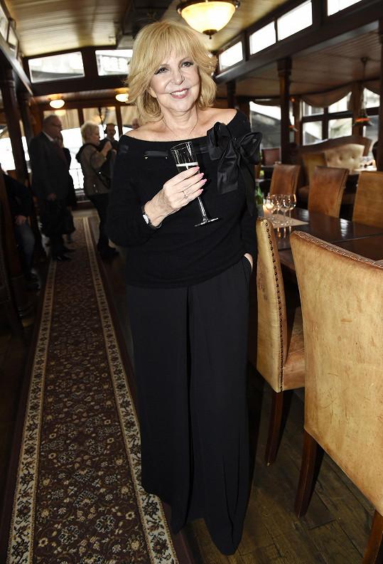 Pod něj oblékla luxusní černý svetr z Francie a kalhoty od návrhářky Ivany Mentlové.