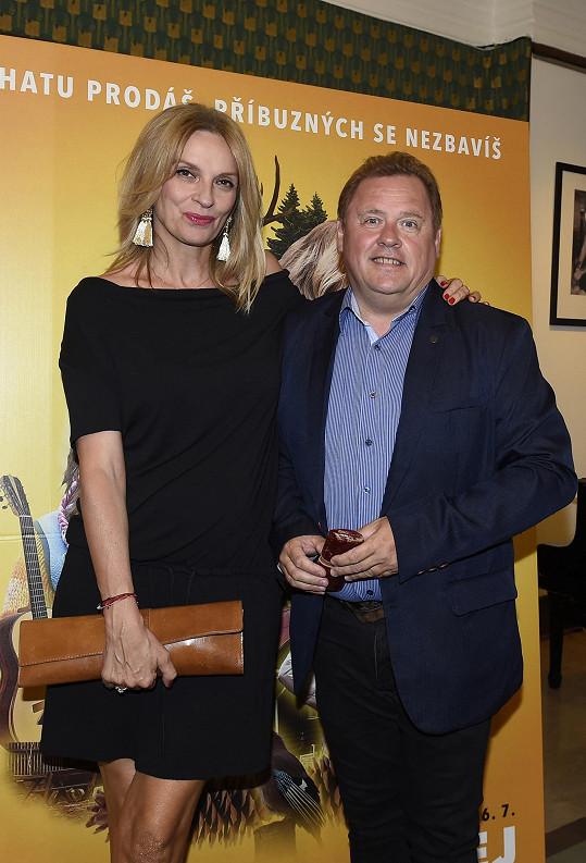 Herec s kolegyní Ivanou Chýlkovou, která si ve snímku také zahrála.