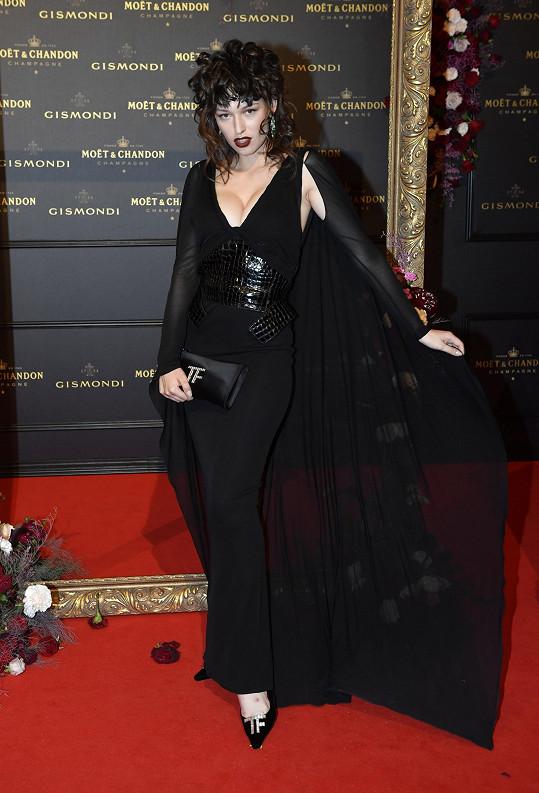 Na filmovém festivalu v Karlových Varech měla velmi tmavé vlasy.