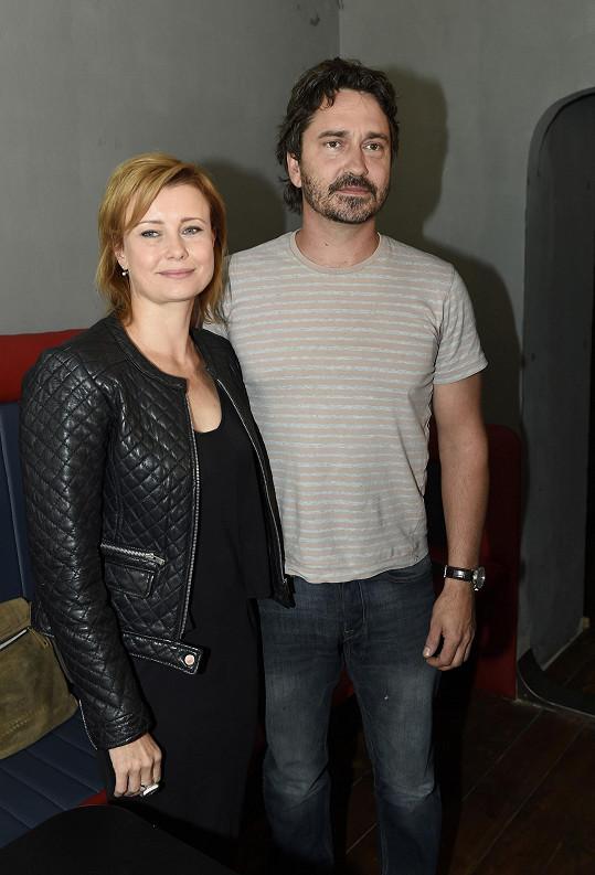 Schneiderová a Rašilov před patnácti lety hráli partnery v Samotářích.