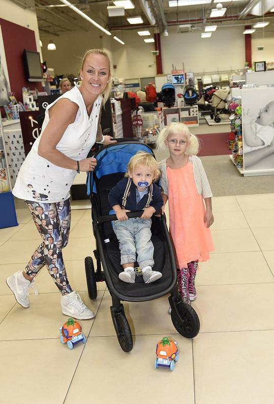 S dcerou Salmou a synem Neviem se po delší době objevila v Česku.