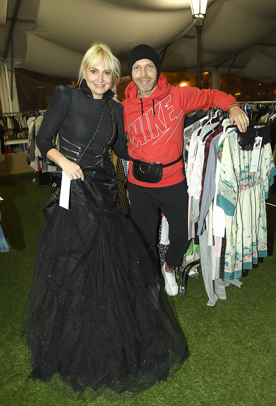 Báře Nesvadbové pomáhá s charitativním bazarem návrhář Míra Bárta.