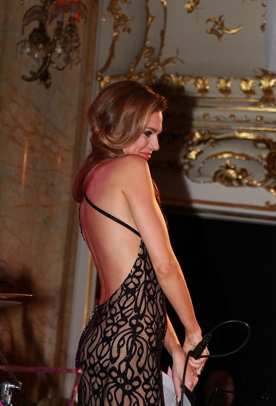 Když se objevila na pódiu, pánové bezhlavě přihazovali...