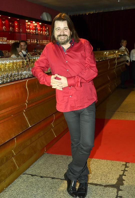 Premiéru Bohouš Josef nehrál, na kolegy se ale podívat přišel. Tmavé džíny doplnil červenou košilí a hýřil úsměvy.