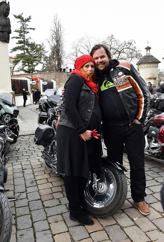 Těhotná Štěpánka Decastelo s partnerem Filipem, který je stejně jako Hapka také motorkář.