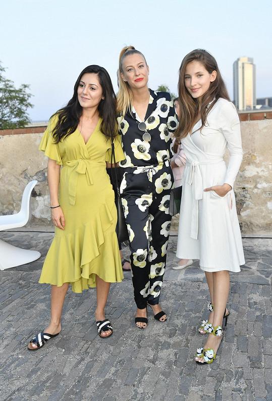 Natálie se na akci potkala s kamarádkou Sarou Sandevou a návrhářkou Hermine Khalaf Pogosyan.