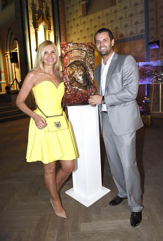 Tamara s přítelem Romanem Hajabáčem, který uspořádal výstavu umění.