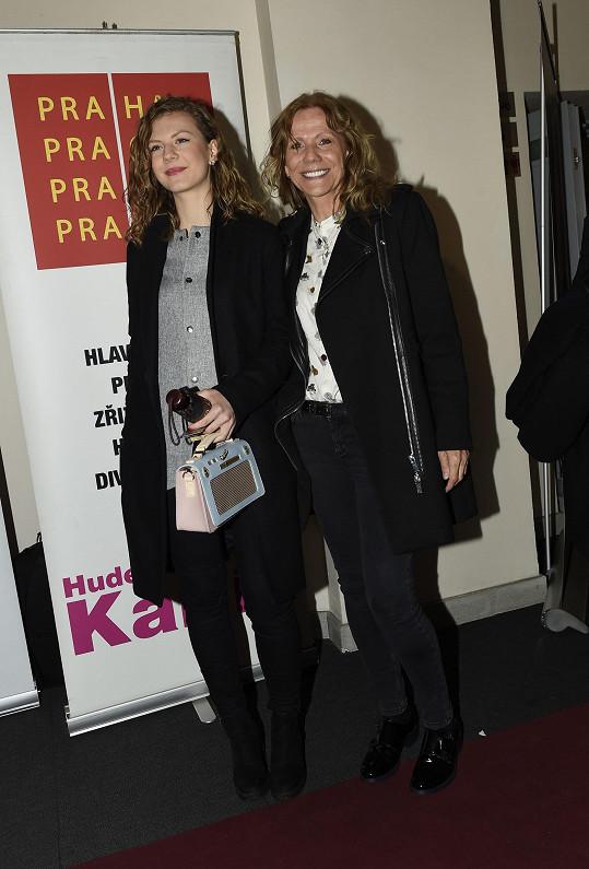 Lenny s maminkou Lenkou Filipovou, která se na několika záběrech také objevuje.