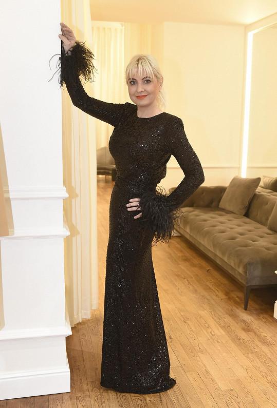 Platinové blondýně černá barva sedí.