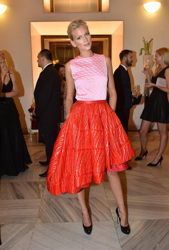 Na finále Elite Model Look se Zuzana Stráská ozdobila do nejvýraznější róby večera. Světově úspěšná topmodelka si dělala legraci, že model z aktuální kolekce Dior je možné využít i v zimě jako bundu, pokud by si prý přehodila prošívanou sukni přes tělo.