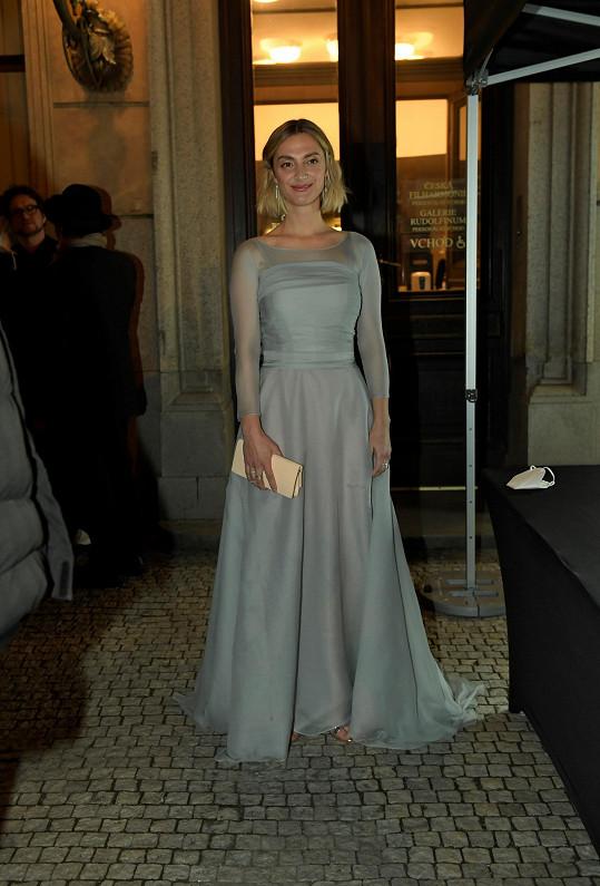 Oblékla model Leeda v barvě holubičí šedi.