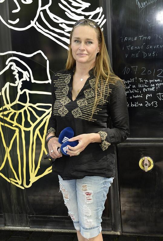 Uváděla zahájení kavárny Potmě, jejíž výtěžek je určen pro nadaci Světluška.