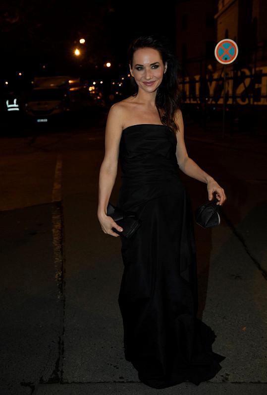 Sandra Nováková v šatech ze starší kolekce Toma Forda byla jednou z předávajících.