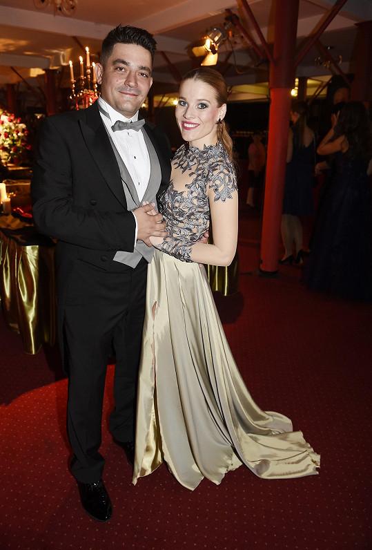 Dress code dodržel i její partner, houslista Saša.
