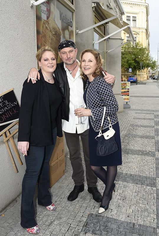 Zora Ulla Keslerová (vpravo) s dcerou Petrou Hapkovou a fotografem Jakubem Ludvíkem, který je pozval na svou vernisáž.