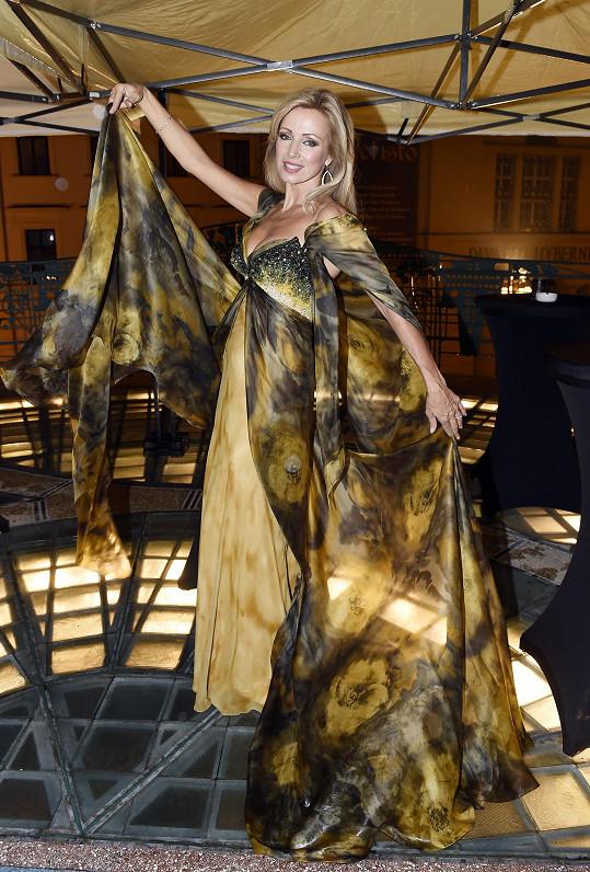 Kateřina Brožová má z dílny návrhářky několik šatů včetně svatebních.
