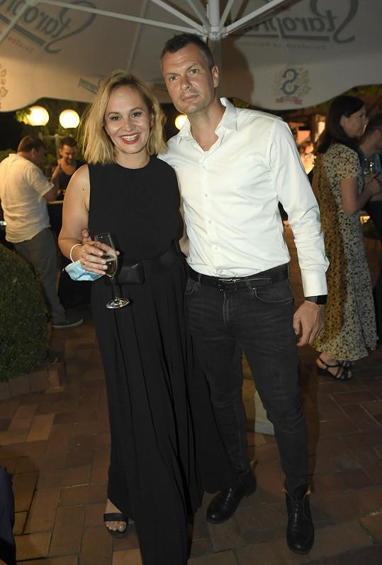 Monika dorazila s partnerem Tomášem Hornou.