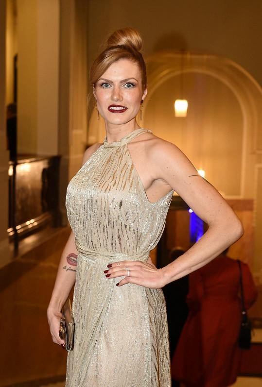 Koukalová se díky nádherným šatům od návrhářky Tatiany Kovaříkové cítí v soutěži jako princezna. Ve zlaté róbe z dílny oblíbené české návrhářky přišla i na charitativní ples StarDance.