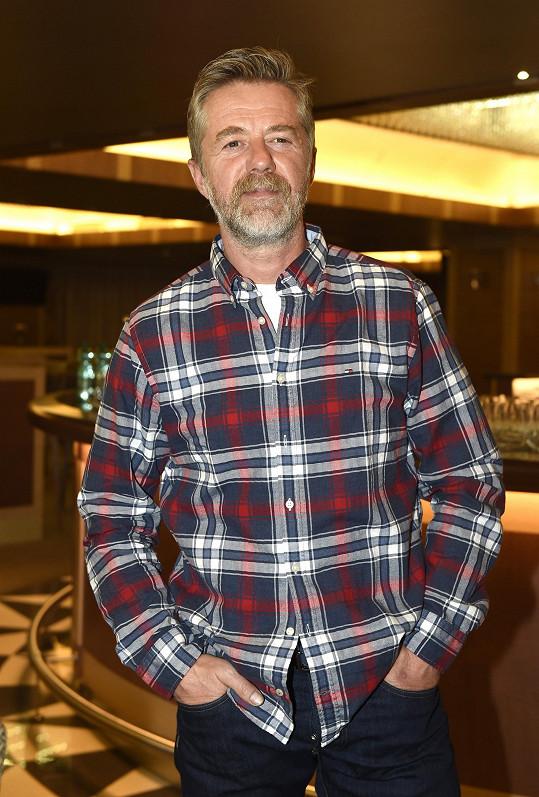 Jiří Langmajer měl radost, že v nové filmové roli nemusí obcovat s jednou ze svých hereckých kolegyň a užil si otcovské role.