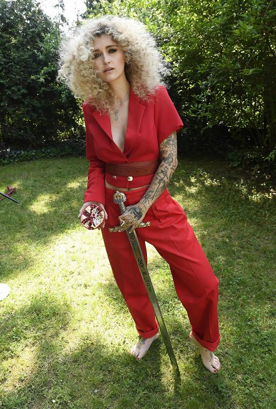 Šarlota hluboké výstřihy miluje, tenhle měla na focení pro kalendář Jsem žena, jsem Evropa v roli Matyldy z Canossy.