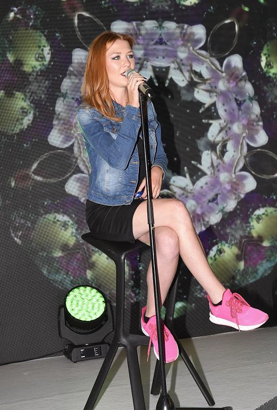 Zpěvačka je známá svým specifickým hlasem.