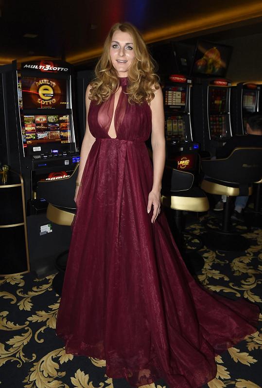 Přítelkyně Richarda Genzera, psycholožka Markéta Jiránková Debbiin odvážný model oblékla na párty kasína.