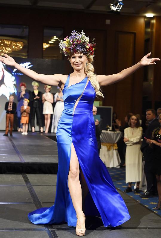 Česká návrhářka ukrajinského původu představila publiku kolekci, jež byla speciálně vytvořena k28. výročí obnovení ukrajinské nezávislosti.