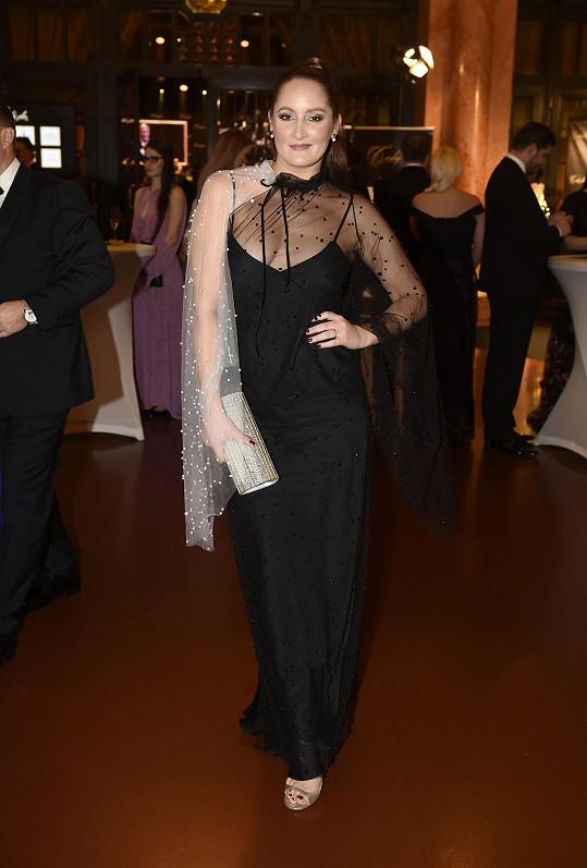 I sama Dominika zvolila model s transparentem v dekoltu.