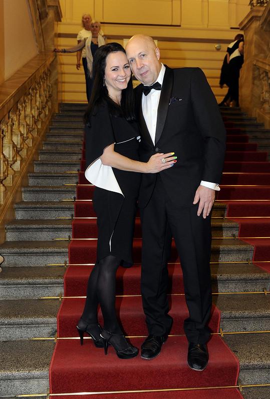 """Nápad pozvat modelky """"v důchodu"""" dostali starosta Prahy 1 Oldřich Lomecký s přítelkyní Veronikou Blažkovou."""