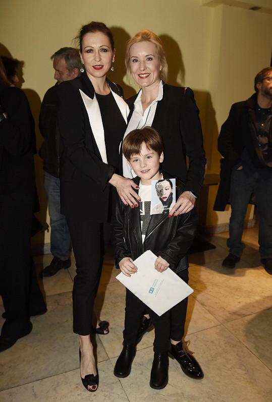 Adam se svou filmovou maminkou Zuzanou Stivínovou a tou skutečnou Jovankou Vojtkovou (vpravo)
