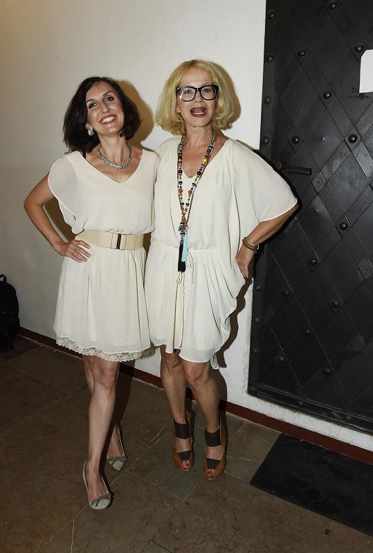 Asterová zpívala píseň z muzikálu Mamma Mia!.