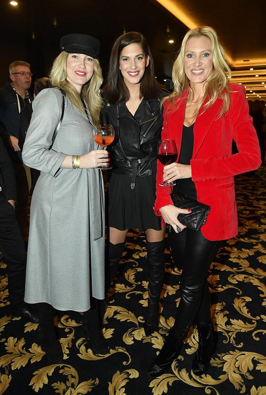 Na večírku ve Vestci se potkala i s Anetou Vignerovou (uprostřed) a Kateřinou Průšovou.